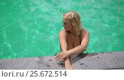 Woman relaxing in pool. Стоковое видео, видеограф Алексей / Фотобанк Лори