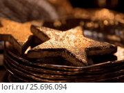 Купить «Christmas decoration in a shop, golden stars on plate, glittering background,», фото № 25696094, снято 6 декабря 2015 г. (c) mauritius images / Фотобанк Лори