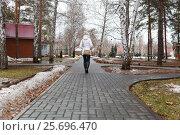 The figure of the woman goes on a path in the park, фото № 25696470, снято 25 февраля 2017 г. (c) Владимир Арсентьев / Фотобанк Лори