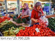 Купить «Женщины - продавцы овощей на турецком рынке. Город Кемер, Турция», фото № 25700226, снято 31 августа 2015 г. (c) Bala-Kate / Фотобанк Лори