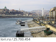 BUDAPEST - FEBRUARY 24, 2012: Elisabeth Bridge (Erzsebet hid) connecting Buda and Pest across the River Danube. Редакционное фото, фотограф Шилер Анастасия / Фотобанк Лори