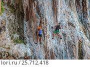 Купить «Скалолазы взбираются на отвесную скалу на пляже Прананг (Phranang Cave Beach). Королевство Таиланд, провинция Краби, полуостров Рейли (Railay)», фото № 25712418, снято 31 января 2017 г. (c) Владимир Сергеев / Фотобанк Лори