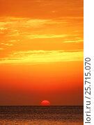 Закат над морем, диск Солнца пересекает линию горизонта, эксклюзивное фото № 25715070, снято 28 сентября 2014 г. (c) Dmitry29 / Фотобанк Лори