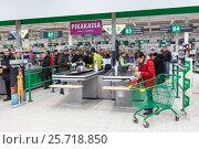 Купить «Покупатели на выходе через кассы. Магазин Prisma в Лаппеенранте. Финляндия», фото № 25718850, снято 18 февраля 2017 г. (c) Кекяляйнен Андрей / Фотобанк Лори