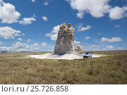 Isolated  hoodoos  and car. Castle Rock Badlands. Western Kansas, US (2012 год). Стоковое фото, фотограф Ирина Кожемякина / Фотобанк Лори