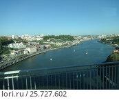Вид с моста на реку Дору в городе Порту. Португалия. (2016 год). Стоковое фото, фотограф Роман Каменский / Фотобанк Лори