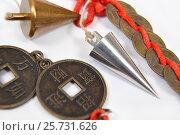 Купить «Маятник для эзотерики и китайские монеты», эксклюзивное фото № 25731626, снято 11 марта 2017 г. (c) Юрий Морозов / Фотобанк Лори