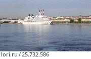 Купить «Туристический теплоход Seabourn Quest пришвартован на набережной Лейтенанта Шмидта в Санкт-Петербурге», видеоролик № 25732586, снято 25 мая 2016 г. (c) Сергей Дубров / Фотобанк Лори