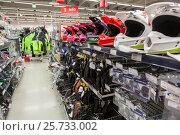 Шлемы для мотокросса и перчатки для мотоциклистов на полках магазина мототоваров (2017 год). Редакционное фото, фотограф Кекяляйнен Андрей / Фотобанк Лори