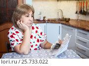 Купить «Грустная женщина со счетами и деньгами в руках сидит на кухне», фото № 25733022, снято 6 ноября 2016 г. (c) Кекяляйнен Андрей / Фотобанк Лори