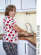 Купить «Женщина в возрасте моет посуду в кухонной раковине», фото № 25733038, снято 6 ноября 2016 г. (c) Кекяляйнен Андрей / Фотобанк Лори