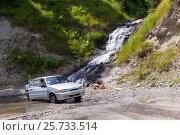 Российский автомобиль ВАЗ-2115 под водопадом на горном перевале Годердзи. Аджария. Грузия, фото № 25733514, снято 13 июля 2013 г. (c) Евгений Ткачёв / Фотобанк Лори