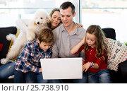 Купить «Parents and children happy to watch movie», фото № 25738910, снято 23 декабря 2016 г. (c) Яков Филимонов / Фотобанк Лори