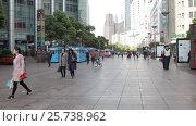 Купить «Китай, Шанхай, улица Нанкин - центральная пешеходная улица», видеоролик № 25738962, снято 19 февраля 2017 г. (c) Андрей Пожарский / Фотобанк Лори