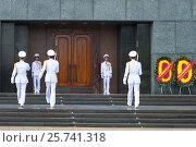 Купить «Смена солдат почетного караула у входа в мавзолей Хо Ши Мина. Ханой, Вьетнам», фото № 25741318, снято 10 января 2016 г. (c) Виктор Карасев / Фотобанк Лори