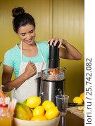 Купить «Shop assistant preparing fruit juice», фото № 25742082, снято 4 октября 2016 г. (c) Wavebreak Media / Фотобанк Лори