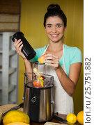 Купить «Portrait of smiling shop assistant preparing juice», фото № 25751882, снято 4 октября 2016 г. (c) Wavebreak Media / Фотобанк Лори