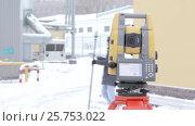 Купить «Геодезист управляет роботизированным электронным тахеометром и выполняет измерения», видеоролик № 25753022, снято 14 марта 2017 г. (c) Александр Фрейдин / Фотобанк Лори