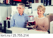 Купить «Family of two are buying in shop of household appliances juice e», фото № 25755214, снято 22 июля 2019 г. (c) Яков Филимонов / Фотобанк Лори
