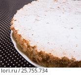 Купить «Пирог на тарелке. Яблочная шарлотка», фото № 25755734, снято 27 октября 2016 г. (c) Андрей Липинский / Фотобанк Лори