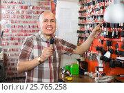 Купить «Worker with car keys in locksmith», фото № 25765258, снято 17 июля 2018 г. (c) Яков Филимонов / Фотобанк Лори