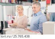 Adults are buying in shop of household appliances juice extracto. Стоковое фото, фотограф Яков Филимонов / Фотобанк Лори