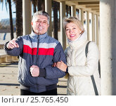 Купить «glad husband and wife show each other hands interesting things outdoors», фото № 25765450, снято 15 октября 2018 г. (c) Яков Филимонов / Фотобанк Лори