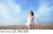 Купить «Happy woman in a field», видеоролик № 25766650, снято 18 октября 2019 г. (c) Raev Denis / Фотобанк Лори