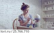 Купить «Drawing woman in the workshop», видеоролик № 25766710, снято 23 февраля 2020 г. (c) Raev Denis / Фотобанк Лори