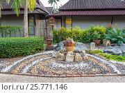 Купить «Ландшафтный дизайн с фонтаном и узором из разноцветной гальки. Королевство Таиланд, южная провинция Краби, полуостров Рейли (Railay)», фото № 25771146, снято 30 января 2017 г. (c) Владимир Сергеев / Фотобанк Лори