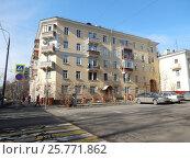 Купить «Пятиэтажный кирпичный трёхподъездный жилой дом, построен в 1953 году. 4-я Парковая улица, 9/21. Район Измайлово. Москва», эксклюзивное фото № 25771862, снято 12 марта 2017 г. (c) lana1501 / Фотобанк Лори