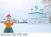 """Купить «Каргополь. Каргопольская глиняная игрушка """"Берегиня"""" на фоне церкви Рождества Пресвятой Богородицы», эксклюзивное фото № 25776162, снято 28 декабря 2009 г. (c) Румянцева Наталия / Фотобанк Лори"""