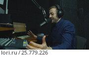 Купить «Radio dj man indoor at radio studio», видеоролик № 25779226, снято 25 января 2017 г. (c) Виктор Аллин / Фотобанк Лори