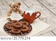 Купить «Шоколадное печенье с ириской на тарелке, кружка молока и плюшевый мишка», эксклюзивное фото № 25779274, снято 17 марта 2017 г. (c) Dmitry29 / Фотобанк Лори