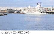 Купить «Туристическое морское судно Seven Seas Voyager пришвартовано на набережной Лейтенанта Шмидта в Санкт-Петербурге», видеоролик № 25782570, снято 20 сентября 2016 г. (c) Сергей Дубров / Фотобанк Лори