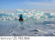 Купить «Озеро Байкал, женщина-турист сидит на санках перед ледяными торосами», фото № 25783866, снято 6 июня 2020 г. (c) Овчинникова Ирина / Фотобанк Лори