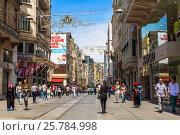 Люди на улице Истикляль в Стамбуле, Турция, фото № 25784998, снято 15 мая 2015 г. (c) Наталья Волкова / Фотобанк Лори