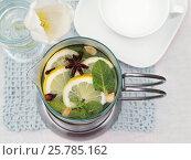 Купить «Горячий напиток в стеклянном чайнике, вид сверху», эксклюзивное фото № 25785162, снято 8 марта 2017 г. (c) Dmitry29 / Фотобанк Лори