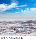 Купить «Нефтяная буровая вышка зимой в Западной Сибири, вид сверху», фото № 25785842, снято 8 апреля 2015 г. (c) Владимир Мельников / Фотобанк Лори