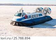 """Купить «Пассажирское судно на воздушной подушке """"Нептун-7"""" на льду реки Волги в Самаре в солнечный зимний день», фото № 25788894, снято 11 марта 2017 г. (c) FotograFF / Фотобанк Лори"""