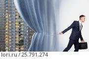 Купить «Агент по продаже недвижимости», фото № 25791274, снято 11 мая 2016 г. (c) Владимир Мельников / Фотобанк Лори