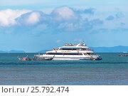 Купить «Посадка пассажиров на белый пассажирский паром Ao Nang Princess 7 у побережья пляжа Рейли Вест (Railay West Beach) с традиционных тайских лодок - лонгтейлов. Королевство Таиланд. Провинция Краби, полуостров Рейли», фото № 25792474, снято 4 февраля 2017 г. (c) Владимир Сергеев / Фотобанк Лори