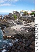 Лавовый пляж с бетонными дорожками в Гарачико рядом с крепостью Castillo de San Miguel. Тенерифе, Канарские острова, Испания (2016 год). Редакционное фото, фотограф Кекяляйнен Андрей / Фотобанк Лори