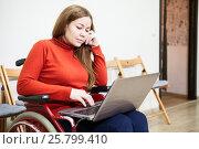 Купить «Ноутбук у женщины инвалида на коленях, работа дома», фото № 25799410, снято 4 декабря 2015 г. (c) Кекяляйнен Андрей / Фотобанк Лори