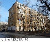 Купить «Пятиэтажный двухподъездный кирпичный жилой дом серии II-14, построен в 1958 году. Егерская улица, 12. Район Сокольники. Москва», эксклюзивное фото № 25799470, снято 9 марта 2017 г. (c) lana1501 / Фотобанк Лори