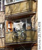 Купить «Старые балконы. Пятиэтажный трёхподъездный кирпичный жилой дом серии 1-511. Улица Короленко, 1 корпус 5, построен в 1962 году. Район Сокольники. Москва», эксклюзивное фото № 25799478, снято 9 марта 2017 г. (c) lana1501 / Фотобанк Лори
