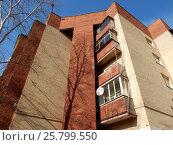 Купить «Пятиэтажный шестиподъездный кирпичный жилой дом. Миллионная улица, 15, корпус 1, построен в 1929 году. Район Богородское. Москва», эксклюзивное фото № 25799550, снято 9 марта 2017 г. (c) lana1501 / Фотобанк Лори