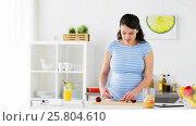 Купить «pregnant woman chopping fruits at home kitchen», видеоролик № 25804610, снято 16 марта 2017 г. (c) Syda Productions / Фотобанк Лори