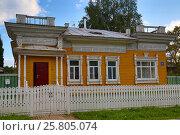 Купить «House with carved palisade in Vologda», фото № 25805074, снято 30 июля 2015 г. (c) Михаил Коханчиков / Фотобанк Лори
