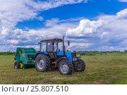 Купить «Трактор с косилкой на уборке сена», фото № 25807510, снято 10 июля 2016 г. (c) Kroshanya / Фотобанк Лори